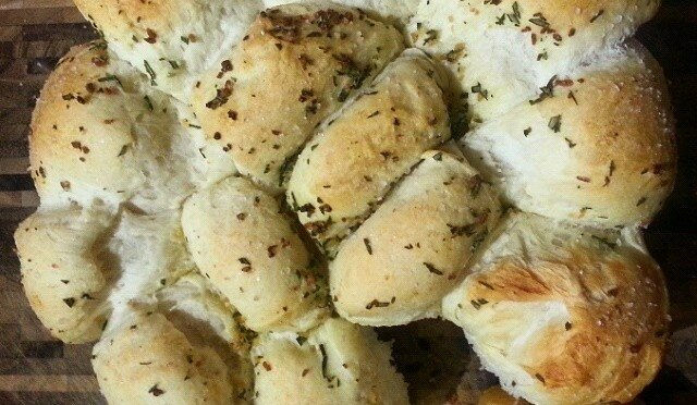 Quick garlic bread with rosemary and sea salt - Sustenance
