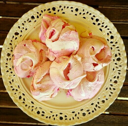 Strawberry & turkish delight meringues